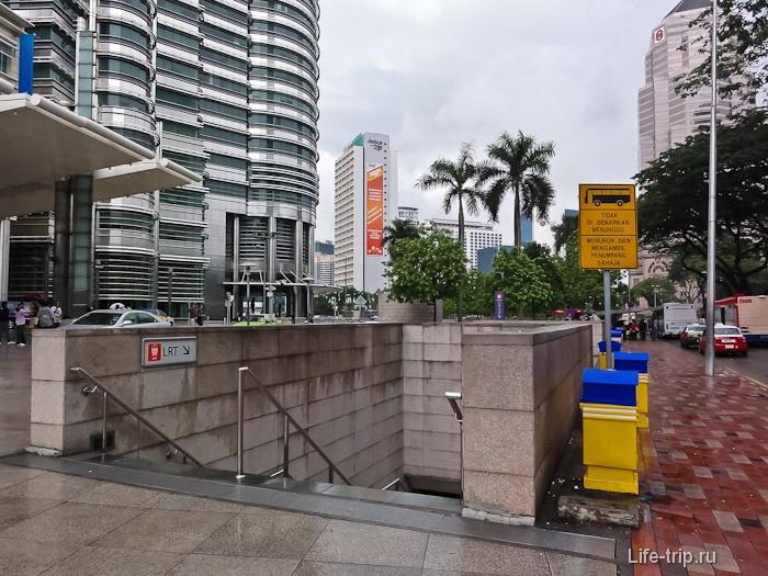 Вход в метро LRT Куала Лумпур