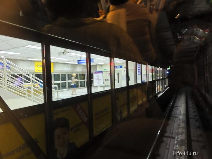 Станция LRT, вид из поезда