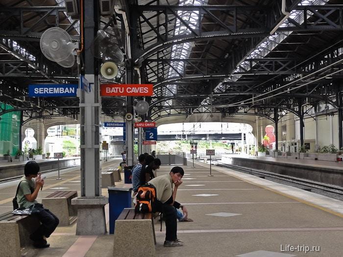 Платформа на станции KTM Komuter с указателями направлений