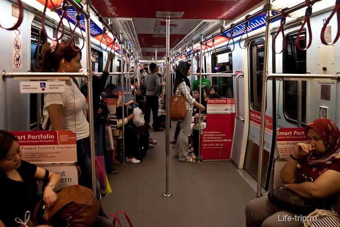 В вагоне поезда LRT, легкое метро в Куала Лумпур