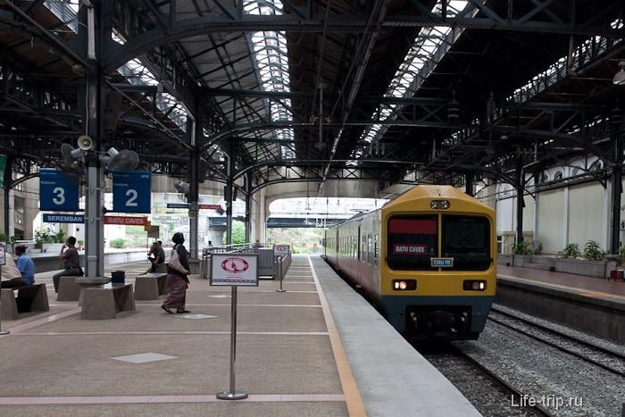Указатели на платформе на станции KTM Komuter
