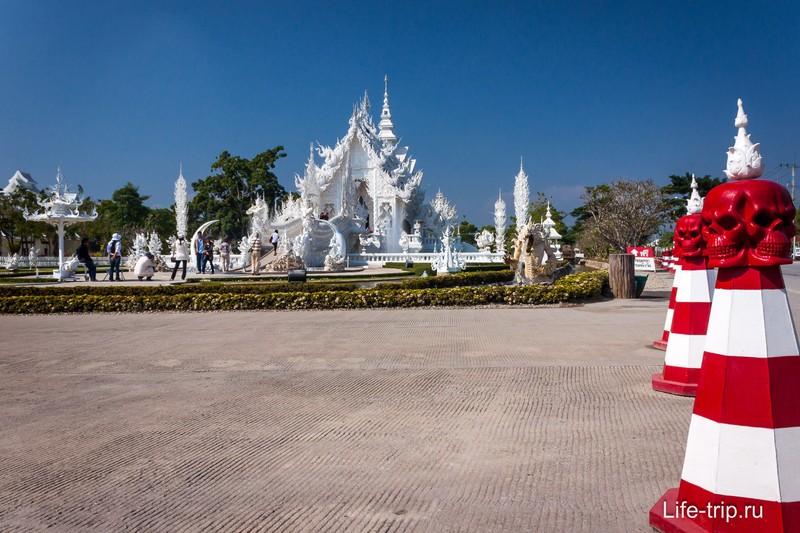 Вид на Белый храм с дороги