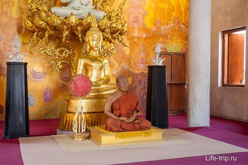 Фигура монаха внутри храма, скорее всего, не настоящая мумия