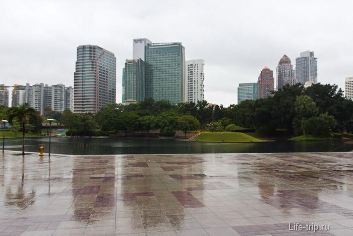 Парк KLCC рядом с башнями близнецами