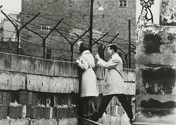 Жители Западного Берлина смотрят на Восток