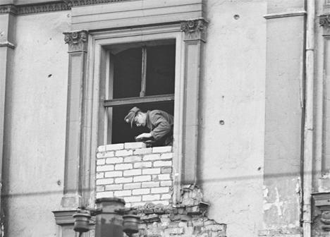 Замуровывают окна, выходящие на Запад Берлина