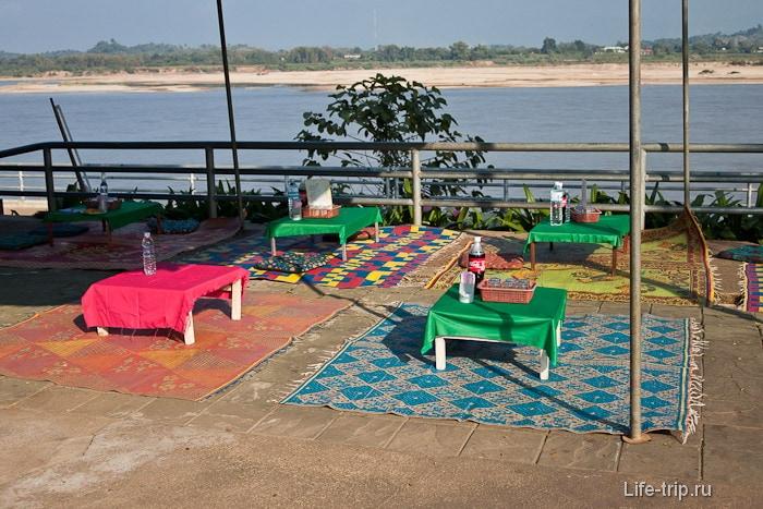 Кафе на берегу реки Меконг