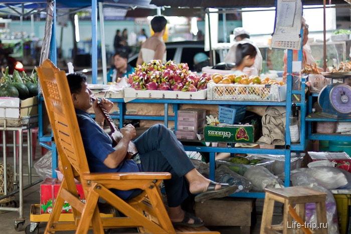 Продавец фруктов и овощей еще вам и сыграет и споет