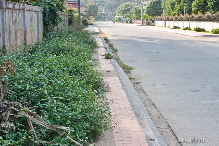 Некоторые тротуары в Чианг Саен уже заросли