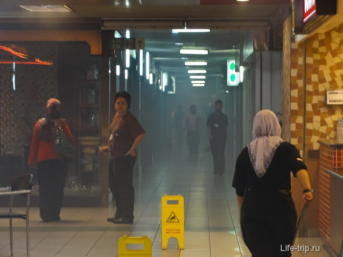 Пожар в торговом центре, все его игнорируют