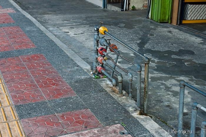 Водосчетчики вдоль тротуаров