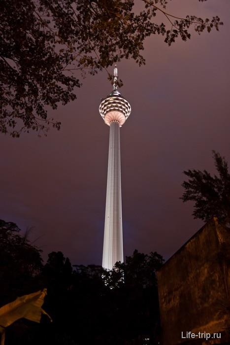 Башня Menara вечером с подсветкой