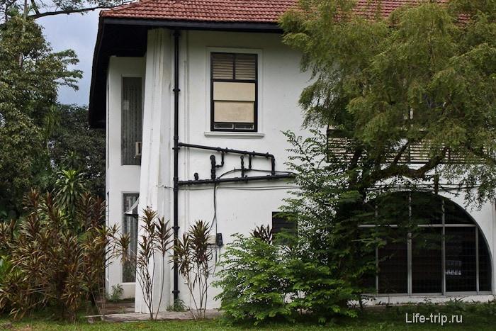 Канализационные трубы снаружи здания