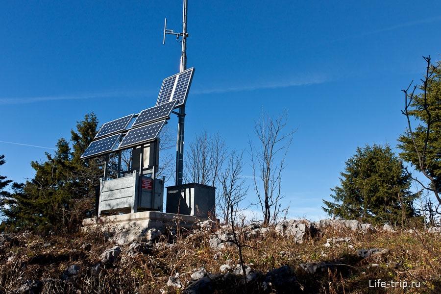 На вершине антенна и солнечные батареи
