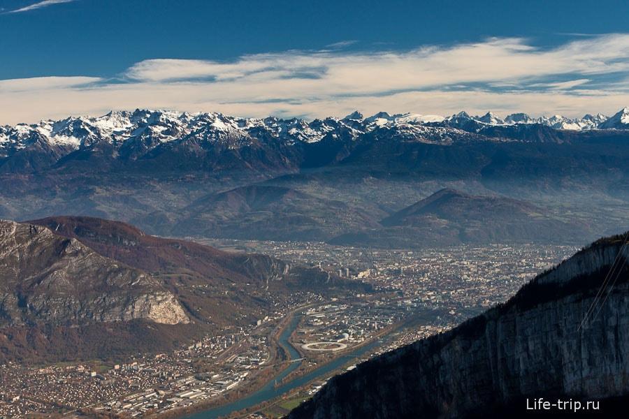 Город Гренобль далеко внизу