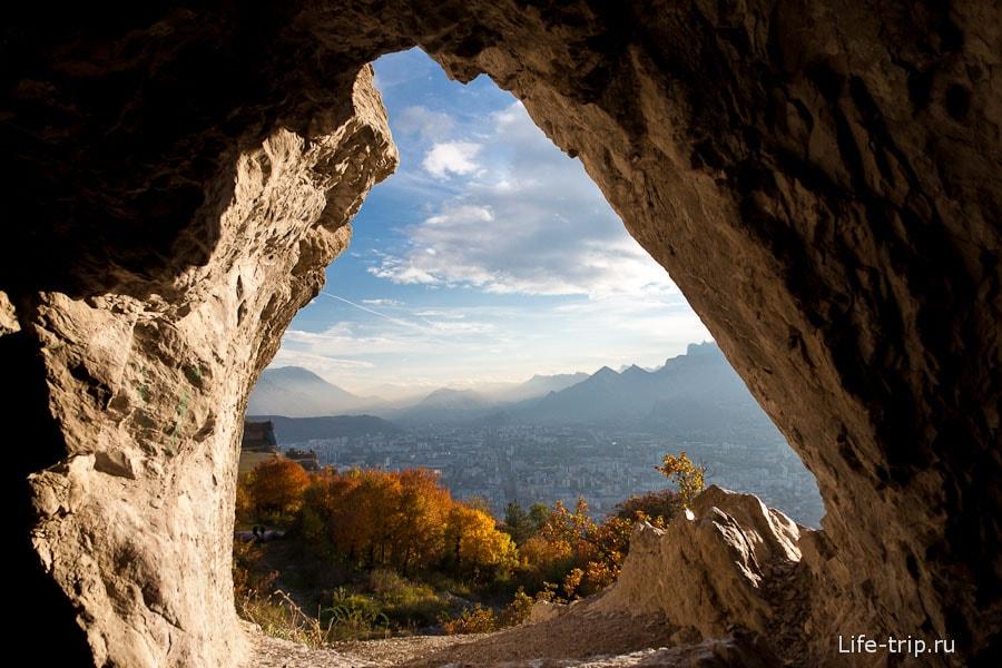 Одно из окошек пещеры около Гренобля
