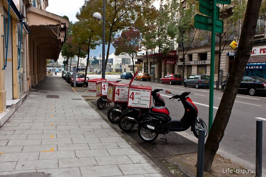 Пиццу развозят на скутерах