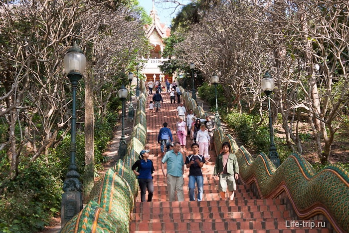 Лестница к храму Wat Doi Suthep