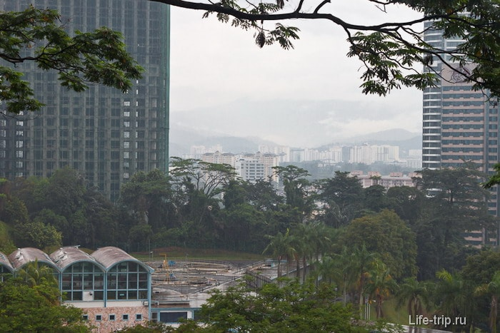 Вид от подножия башни на Bukit Nanas и город