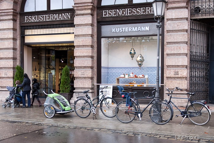 Припаркованный велосипед с велотележкой