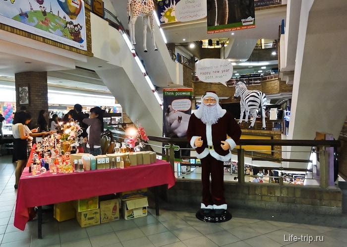 Санта Клаус в торговом центре в Таиланде