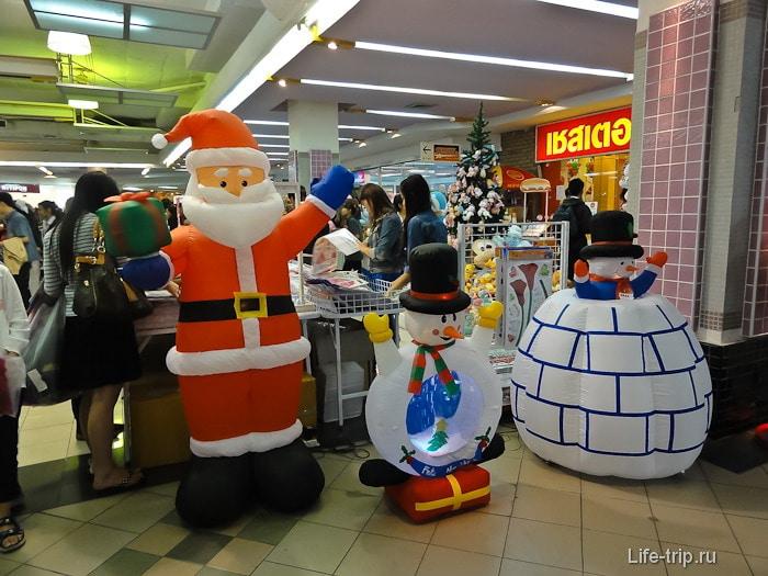 Санта Клаус и снеговик в Таиланде