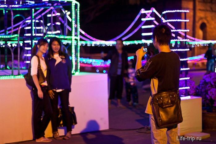Тайцы любят фотографироваться а фоне таких вот изваяний