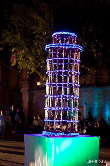 Пизанская башня в Таиланде на Новый год