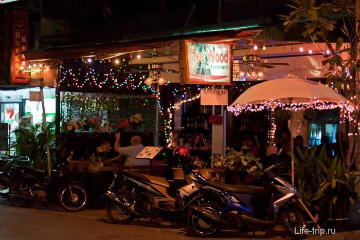 Фонарики на обычной кафешке в Таиланде