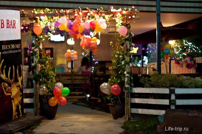 Новогодние украшения в кафе, Таиланд
