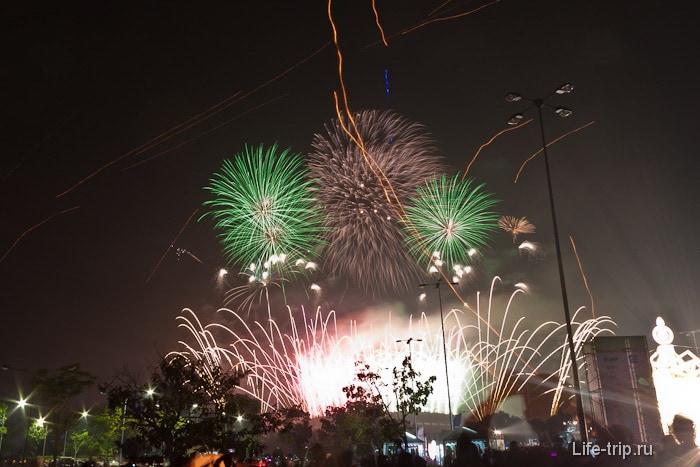 Салют в новогоднем небе в Таиланде