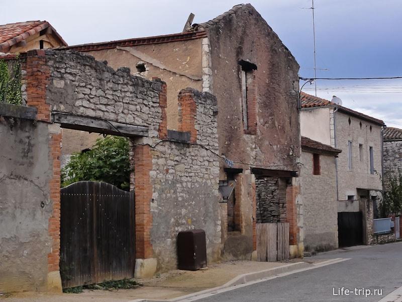 От старого дома оставили одну стену