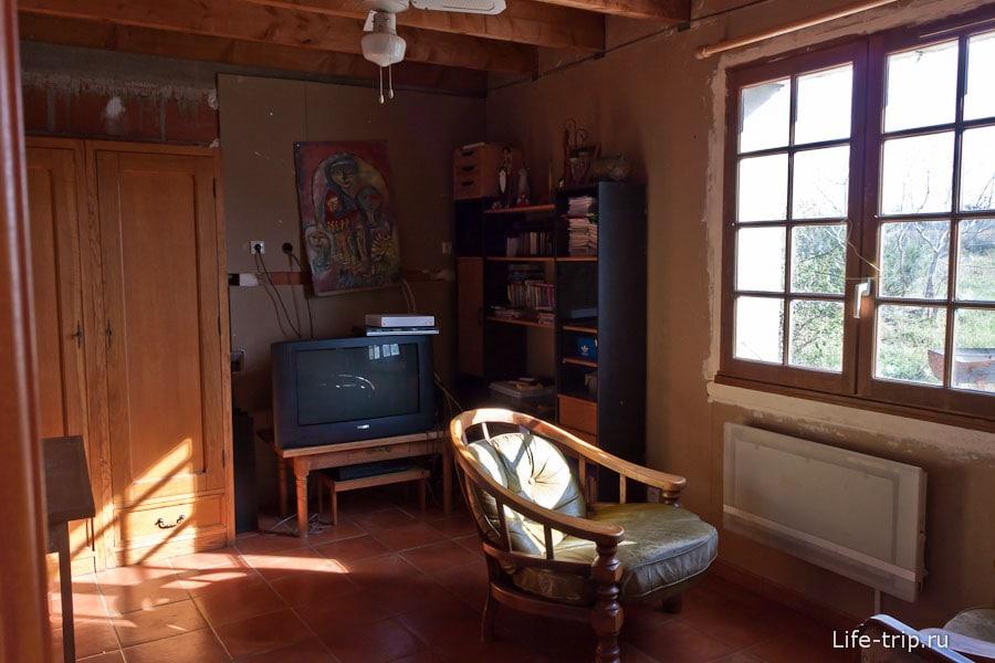 Скромно, но уютно обставленная комната в одном французском доме