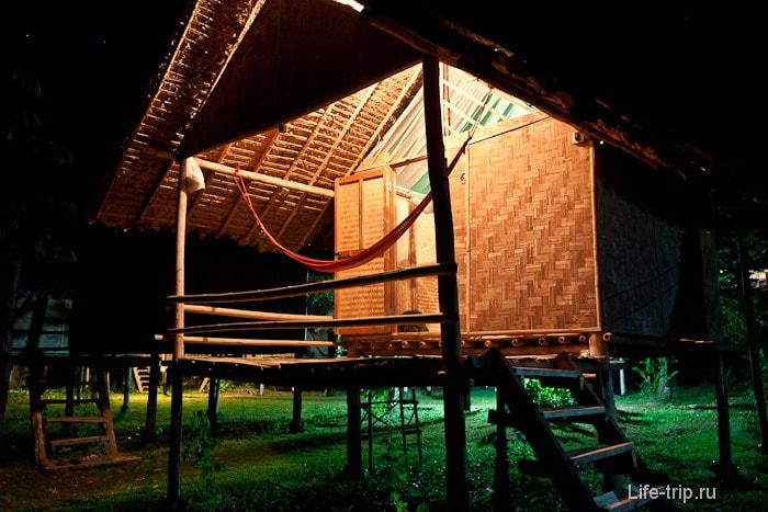 Бамбуковое бунгало вечером