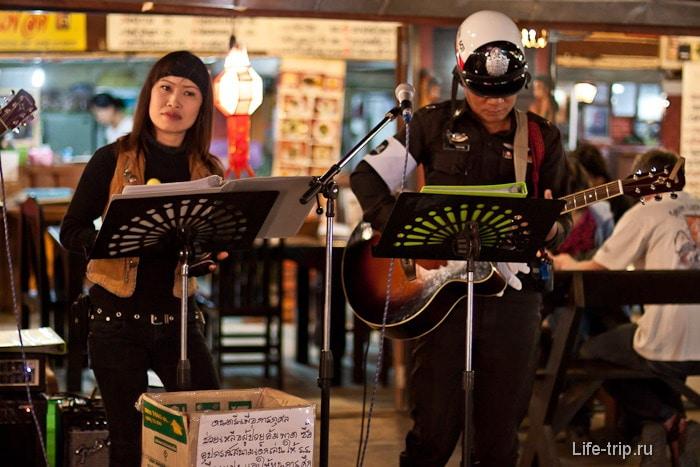 Полицейские подрабатывают музыкантами