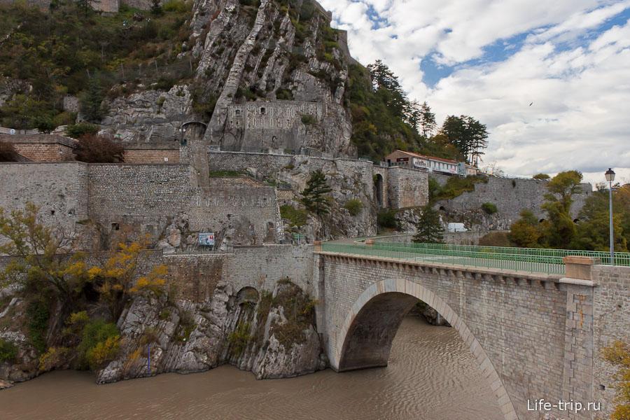 Городок в скалах по дороге - Франция