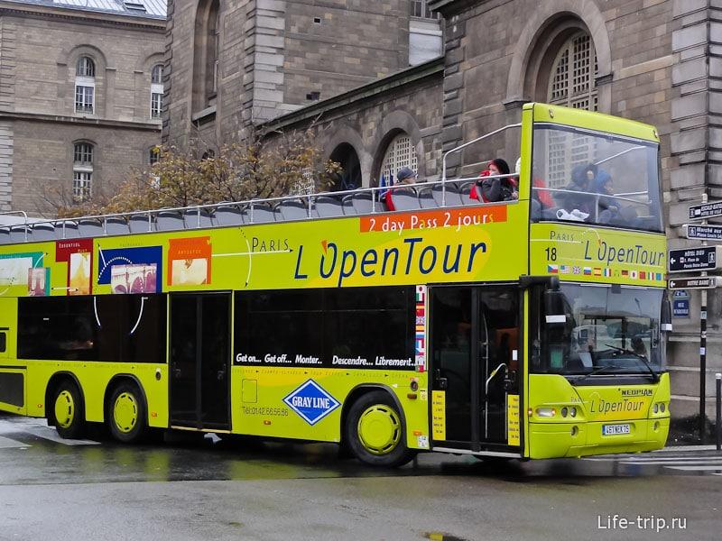 По Парижу курсируют экскурсионные автобусы
