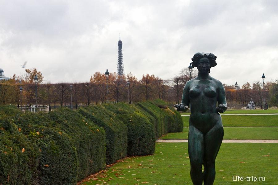 Странные фигуры недалеко от Лувра