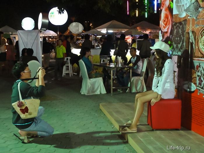 Тайцы фотографируются везде