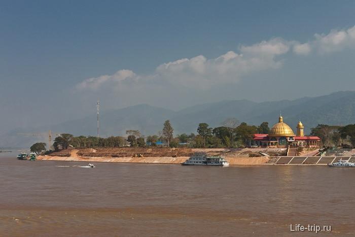 Лаос через реку Меконг