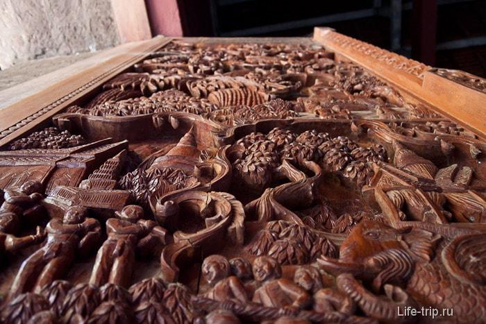Деревянные резные двери при входе в храм