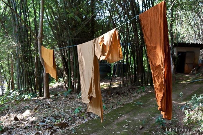 Монахи сушат белье