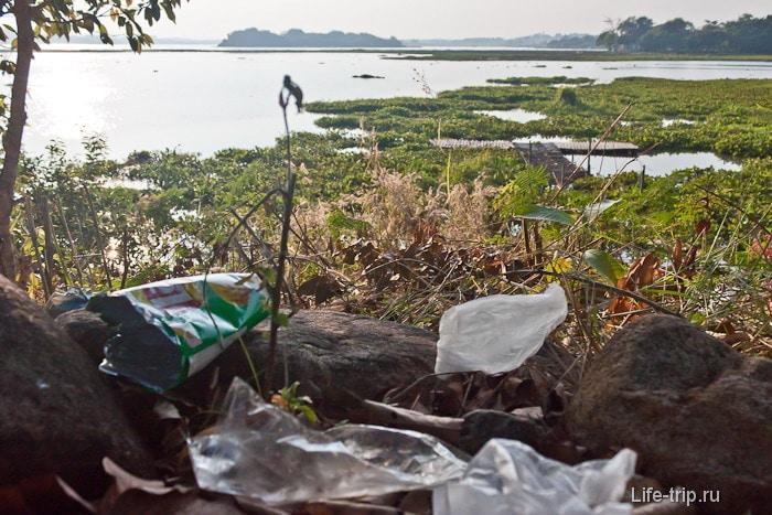 Мусор на берегу Chiang Saen Lake