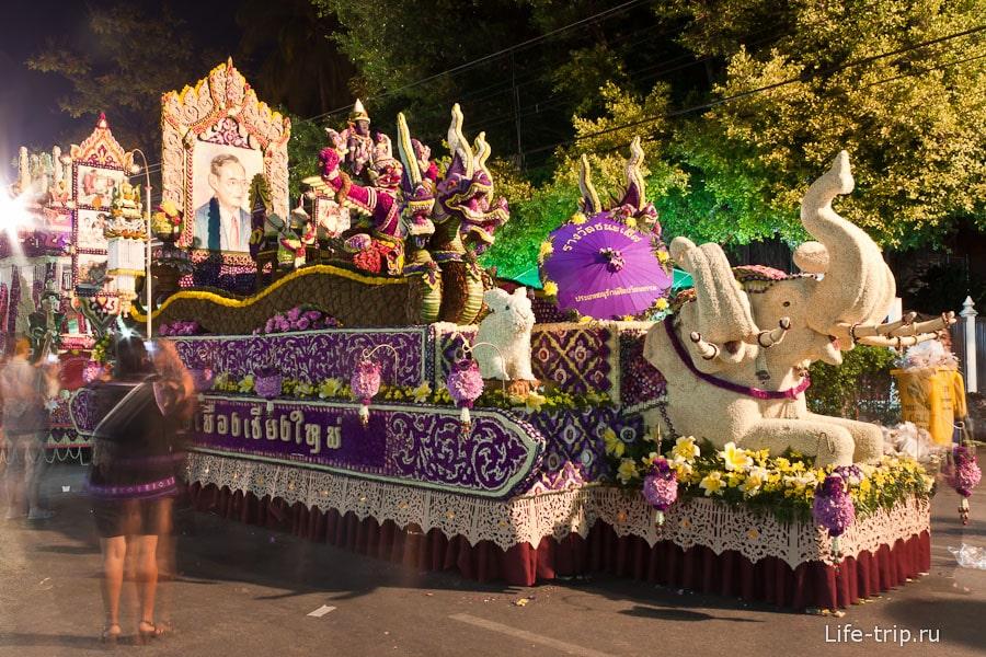 Цветочная повозка на фестивале цветов В Чиангмай
