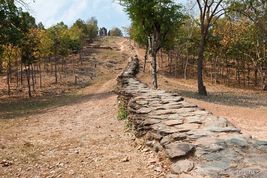 К Wat Saphan Hin ведет каменная тропа