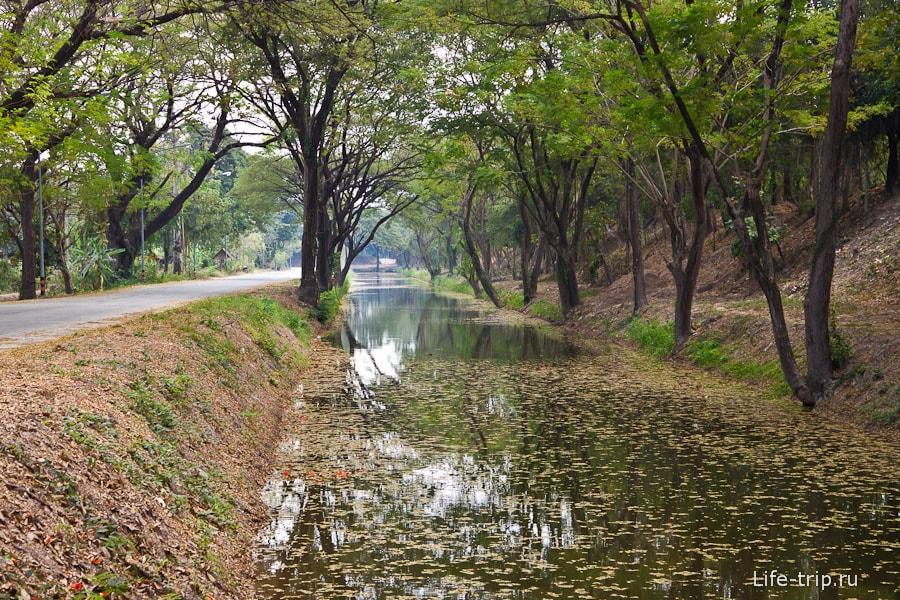 Каналы вокруг квадрата исторического парка Сукхотай