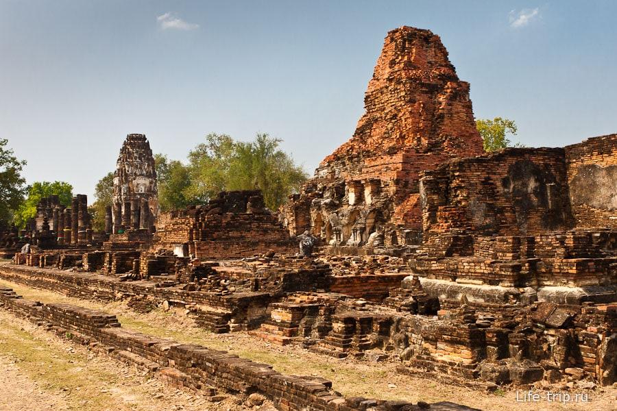 Wat Phra Phai Luang рядом с Wat Si Chum