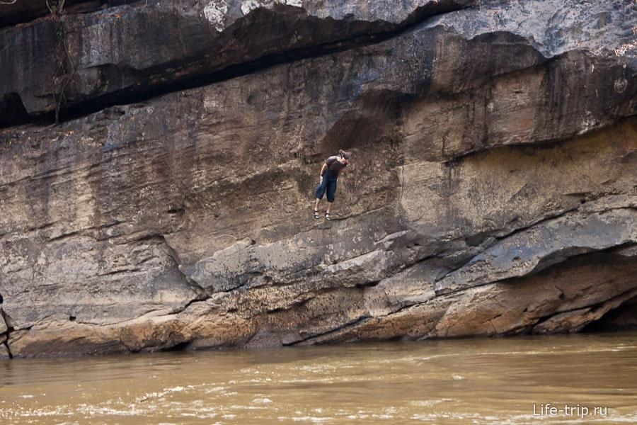 Прыжок со скалы, но не совсем удачный