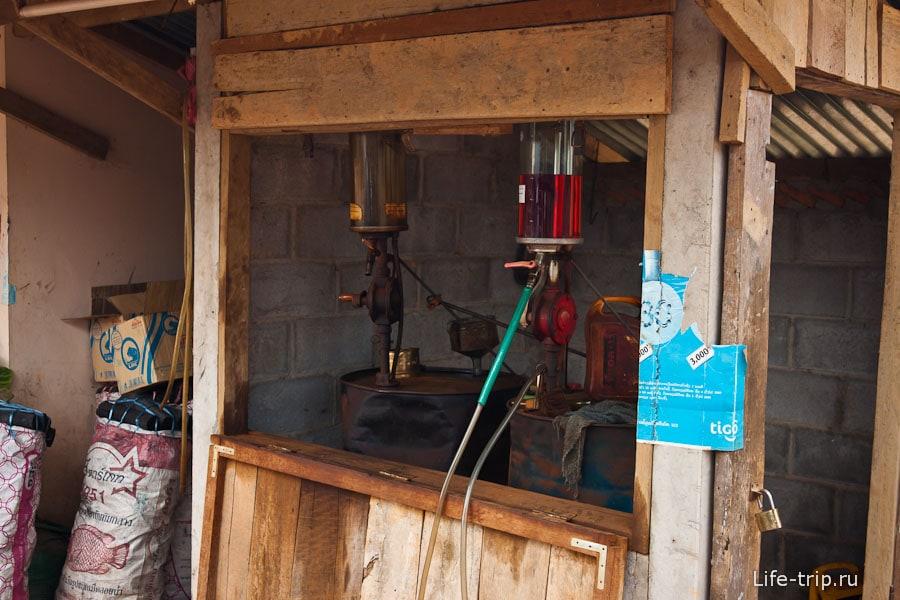 Современная бензоколонка в Лаосе