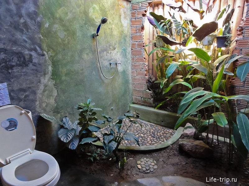 В одном из кафе оригинальный туалет с проломленной стеной